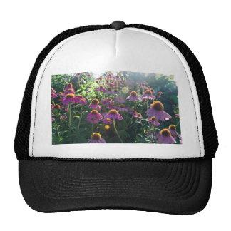 Imagen de un manojo de flores púrpuras gorros bordados