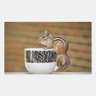 Imagen del Chipmunk con la taza de café de Latte Rectangular Pegatina