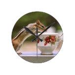 Imagen del Chipmunk con la taza de té de China Reloj