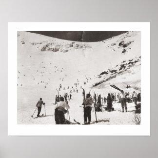 Imagen del esquí del vintage, esquiadores en el pi póster