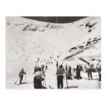 Imagen del esquí del vintage, esquiadores en las c tarjeta postal