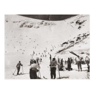 Imagen del esquí del vintage, esquiadores en las postales