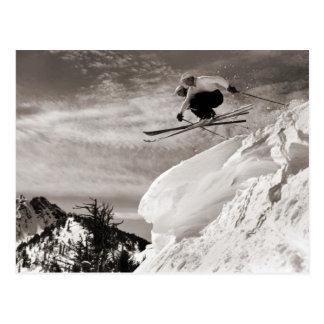 Imagen del esquí del vintage, saltando junto tarjetas postales