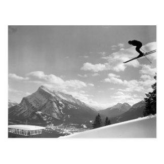 Imagen del esquí del vintage, volando a través del tarjetas postales