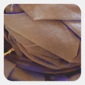 Imagen del gorra en bronce con el cordón violeta pegatina cuadrada