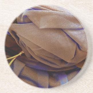 Imagen del gorra en bronce con el cordón violeta posavasos diseño