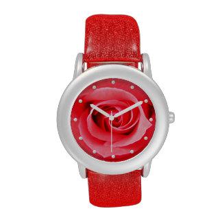 Imagen del primer del rosa rojo reloj de mano
