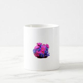 Imagen del ramo de la flor de la margarita rosada  taza de café