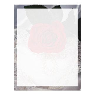 Imagen del rosa rojo en el corazón blanco plantilla de membrete