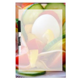 Imagen deliciosa de la comida de la ensalada de tablero blanco