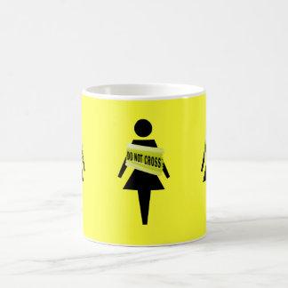 Imagen divertida de la actitud de la mujer taza básica blanca