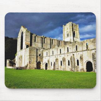 Imagen dramática de la abadía de las fuentes justo tapete de ratón