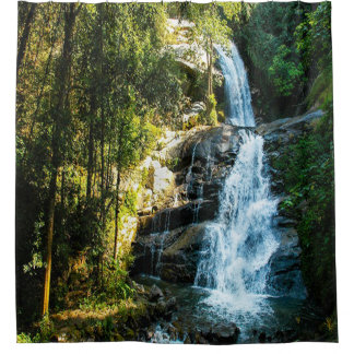 Imagen hermosa de la cascada, país cortina de baño