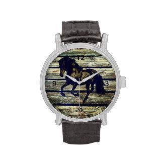 Imagen hermosa del caballo negro en barnboard reloj de mano