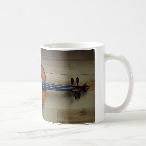 Imagen hermosa del violín en una taza