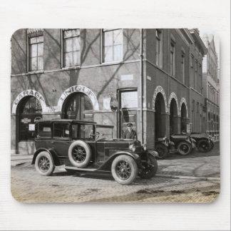 Imagen holandesa del vintage, garaje único, coches tapetes de ratón