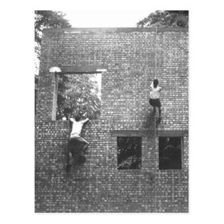 Imagen in_War de la pared de ladrillo de la escala Tarjeta Postal