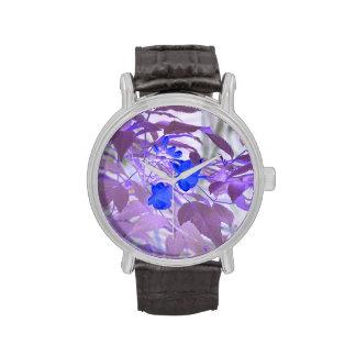 imagen invertida de las flores de las hojas azules reloj de mano