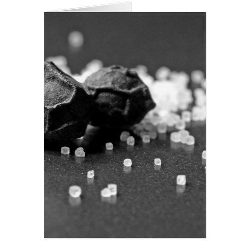Imagen macra de la pimienta de la sal en estudio tarjeta de felicitación