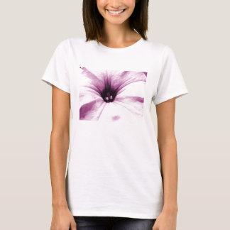 Imagen macra descolorada de la flor púrpura playera