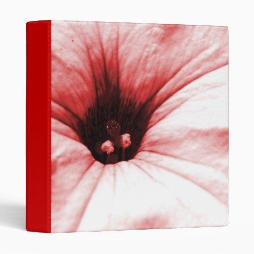 Imagen macra descolorada de la flor roja