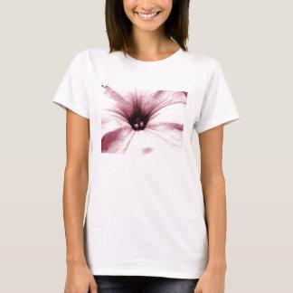 Imagen macra descolorada de la flor rosada playera