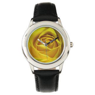 Imagen macra magnífica del rosa amarillo reloj de mano