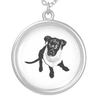 Imagen negra blanco y negro del perrito del colgante redondo