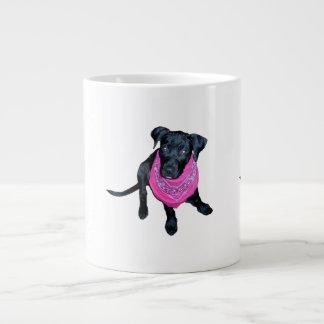 Imagen negra del perrito del pañuelo del rosa del  taza de café grande