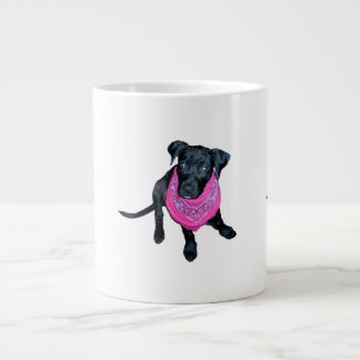 Imagen negra del perrito del pañuelo del rosa del  taza grande
