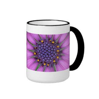 Imagen púrpura de la margarita taza de café
