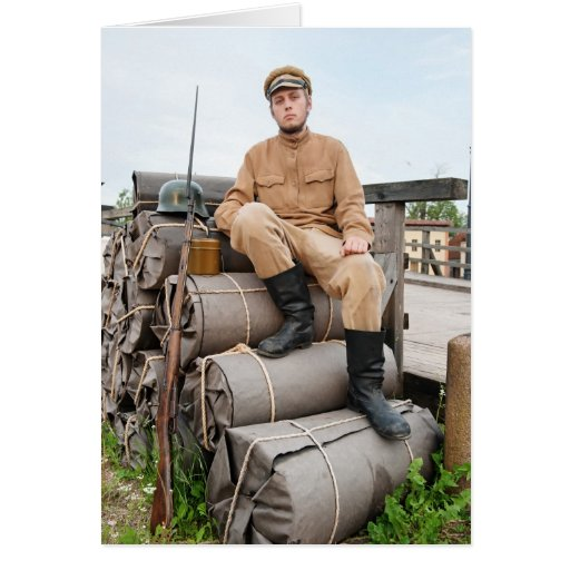 Imagen retra del estilo con el soldado que se sien tarjeta de felicitación