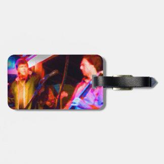 imagen saturada del guitarrista del cantante y etiqueta para maleta