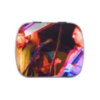imagen saturada del guitarrista del cantante y latas de caramelos