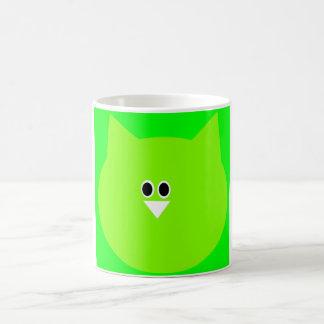 Imagen verde del búho en la taza blanca