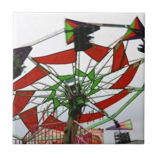 Imagen verde y roja del paseo del planeador justo  azulejo cuadrado pequeño