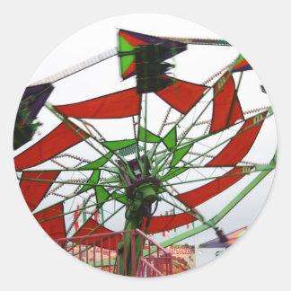 Imagen verde y roja del paseo del planeador justo pegatinas redondas