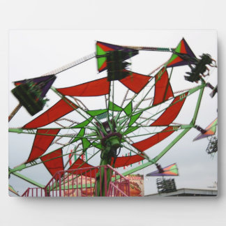 Imagen verde y roja del paseo del planeador justo  placas de plastico