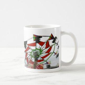 Imagen verde y roja del paseo del planeador justo  taza de café