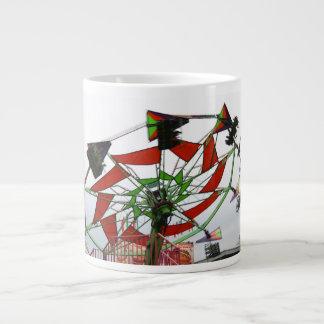 Imagen verde y roja del paseo del planeador justo  taza grande
