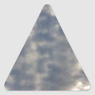 Imágenes del cielo con las nubes suaves rizadas calcomania de trianguladas