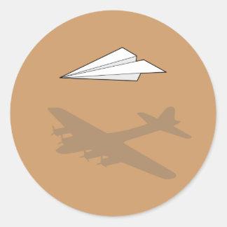Imaginación activa del aeroplano de papel pegatina redonda