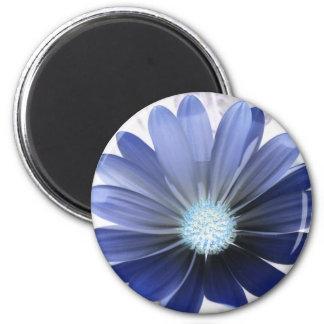 Imán azul que brilla intensamente de la flor de la