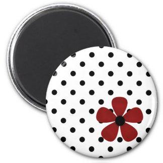 Imán - blanco con los lunares negros y la flor roj