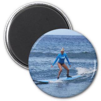 Imán de la persona que practica surf del chica