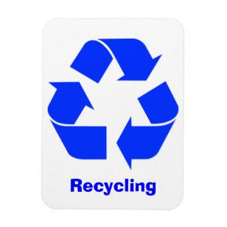 Imán de reciclaje azul de la muestra