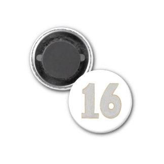 Imán del número 16 en plata y oro