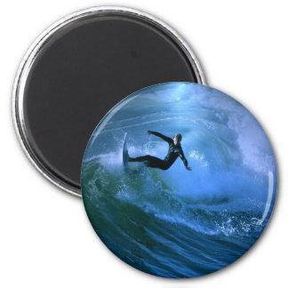 Imán del rizo que practica surf