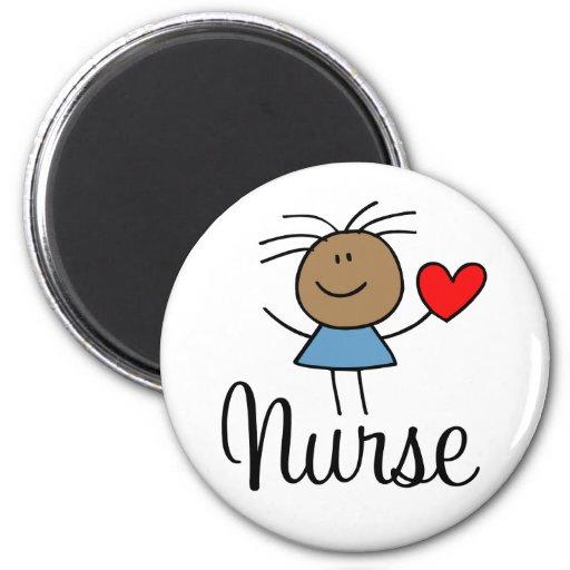 Imán étnico lindo de la enfermera