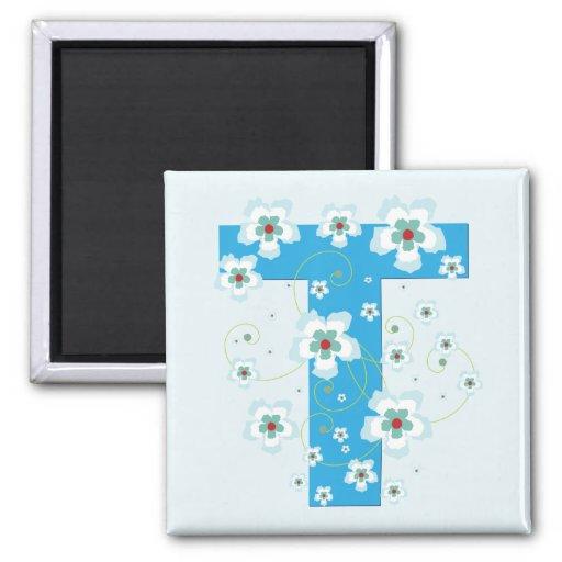 Imán floral azul bonito inicial del monograma T